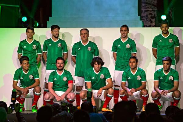 El cual será estrenado por el equipo el próximo 29 de marzo en el Estadio  Azteca. adidas y la Federación Mexicana de Futbol develaron el nuevo  uniforme ... 2091952c321eb