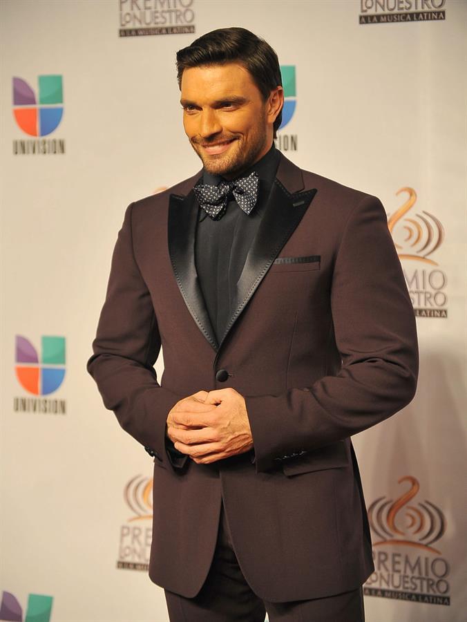 Julián Gil anuncia romance con conductora deportiva mexicana